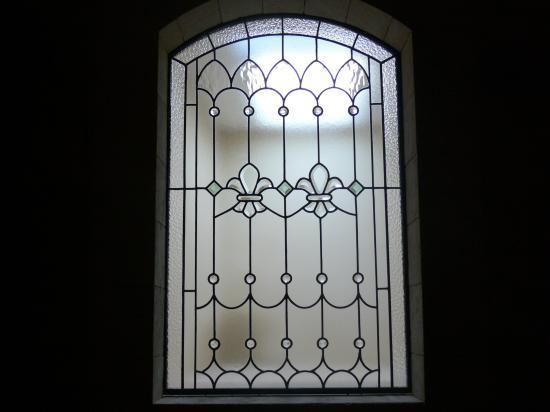 vitrail  réalisé avec des verres bisotés